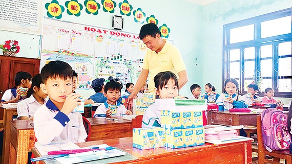 Hơn 35.000 phần quà Vinasoy tiếp sức học sinh vùng lũ