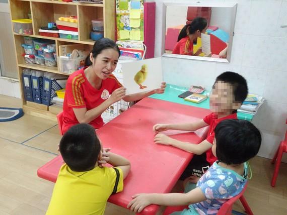 Cô Nguyễn Hạnh Linh Đan, giáo viên Trường Mầm non 8 (quận 3), hỗ trợ trẻ khuyết tật học hòa nhập