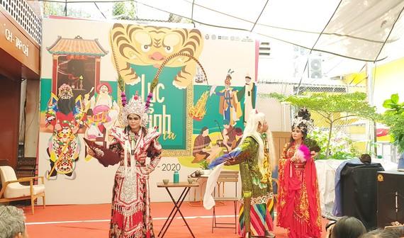 Các nghệ nhân biểu diễn trong chương trình ra mắt bộ sách Lục tỉnh cầm ca. Ảnh: MY ĐẶNG