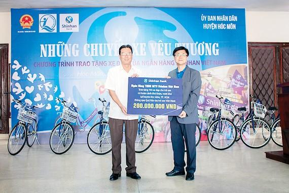 Ngân hàng Shinhan tặng xe đạp cho trẻ em Hóc Môn