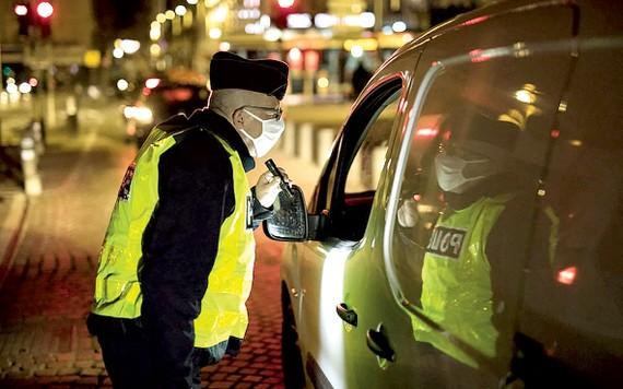 Cảnh sát Pháp yêu cầu người dân thực hiện lệnh giới nghiêm