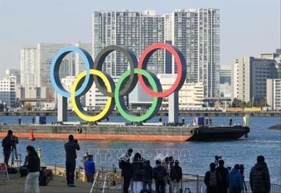 Vòng tròn biểu tượng Olympic được vận chuyển trên vịnh Tokyo, bên ngoài công viên nước Odaiba ngày 1-12-2020. Ảnh: AFP/TTXVN