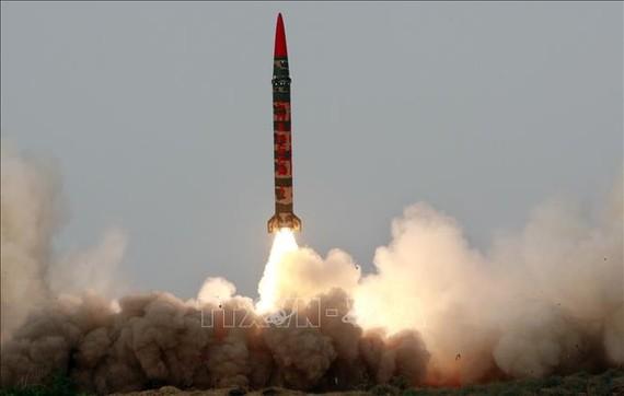Tên lửa đạn đạo đất đối đất có khả năng mang đầu đạn hạt nhân Shaheen-1 của Pakistan được phóng thử tại một địa điểm bí mật. Ảnh tư liệu: AFP/TTXVN