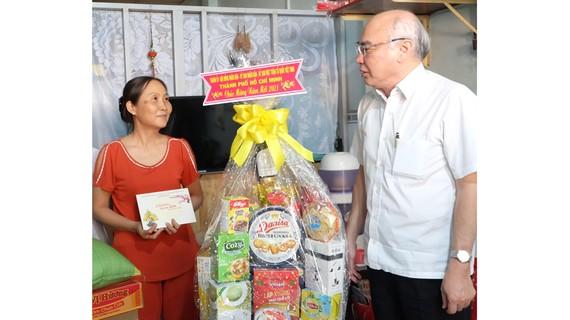 Đồng chí Phan Nguyễn Như Khuê, Trưởng Ban Tuyên giáo  Thành ủy TPHCM, thăm, chúc tết người dân có hoàn cảnh khó khăn