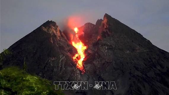 Núi lửa Merapi ở tỉnh Trung Java, Indonesia, phun nham thạch. Ảnh tư liệu: THX/TTXVN