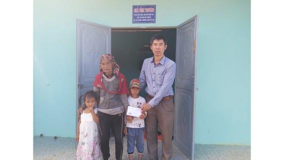 3 bà cháu A Quỳnh Châu và Y Quỳnh Như tiếp nhận  tiền bạn đọc Báo SGGP hỗ trợ