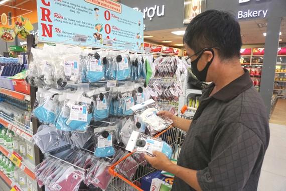 Người tiêu dùng chọn mua khẩu trang vải kháng khuẩn  tại Co.opmart