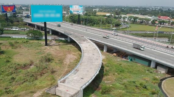 Đường Võ Văn Kiệt đến nay vẫn chưa kết nối hoàn chỉnh với quốc lộ 1A. Ảnh: CAO THĂNG