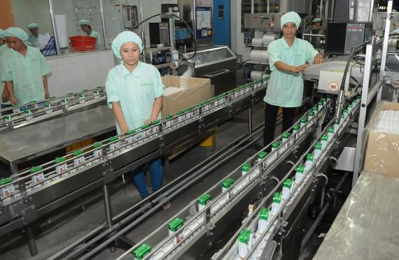 Sản xuất sữa tại Công ty Nutifood Ảnh: CAO THĂNG