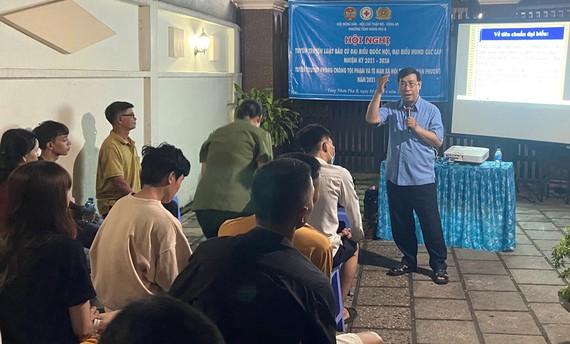 Ông Lê Minh Đức tuyên truyền về Luật bầu cử  cho người ở trọ tại TP Thủ Đức