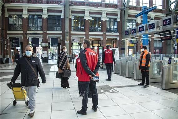 Người dân đeo khẩu trang phòng lây nhiễm COVID-19 tại ga tàu hỏa ở Lille, miền bắc nước Pháp. Ảnh: THX/TTXVN