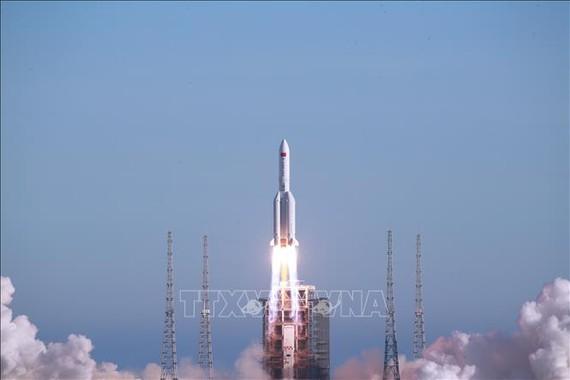 Tên lửa đẩy Trường Chinh-5B rời bệ phóng tại Trung tâm Phóng vệ tinh Văn Xương ở tỉnh Hải Nam, Trung Quốc, ngày 5-5-2020. Ảnh minh họa: THX/TTXVN