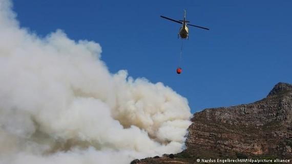 Trực thăng dập lửa khu vực Table Mountain. Ảnh: AP
