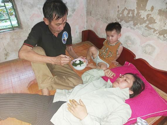 Vợ bị ung thư nuôi chồng bệnh tật và 2 con thơ