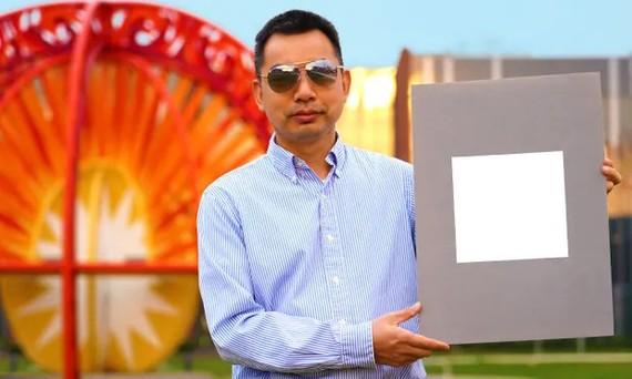 GS Xiulin Ruan bên cạnh loại sơn mới