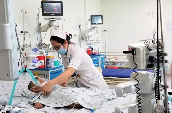 Bệnh nhi bị viêm màng não được điều trị tích cực tại BV Nhi đồng thành phố