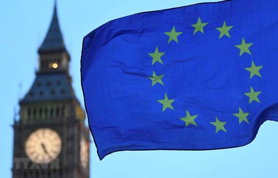 Cờ Liên minh châu Âu bay gần Tháp Elizabeth ở London, Anh. Ảnh: AFP/TTXVN