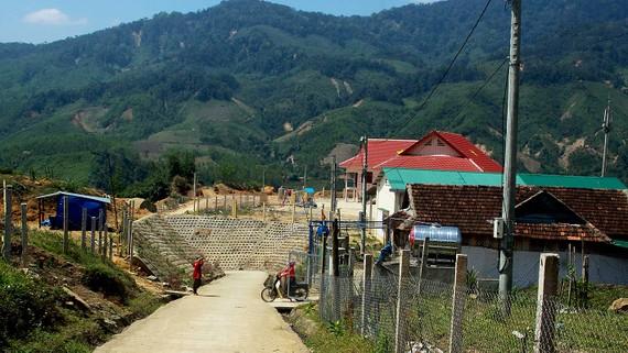 Đường sá, nhà cửa ở làng Thanh niên lập nghiệp Sơn Bua, xã Sơn Bua, huyện Sơn Tây, tỉnh Quảng Ngãi, đã hoàn thiện, khởi sắc giữa rừng núi