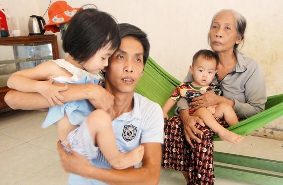 Bà Đi và con trai cùng 2 cháu nhỏ đang rất khó khăn
