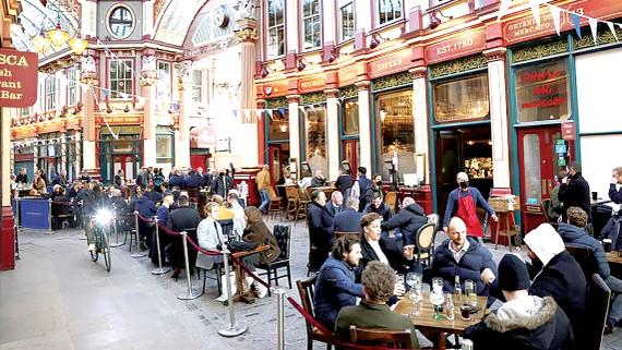 Nhịp sống ở London dần trở lại bình thường sau khi  các lệnh hạn chế được giảm bớt.  Ảnh: Reuters