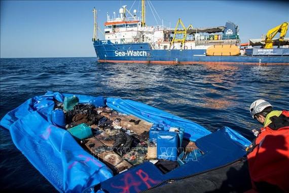Tàu Sea-Watch 3 giải cứu những người di cư gặp nạn tại khu vực ngoài khơi vùng biển Libya. Ảnh tư liệu: AP/TTXVN