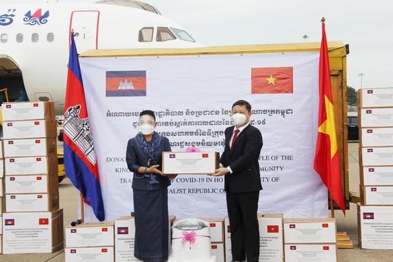 Phó Chủ tịch UBND TPHCM Dương Anh Đức tiếp nhận quà tặng từ bà Youk Sambath