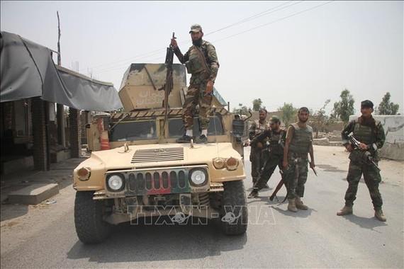 Lực lượng an ninh Afghanistan tham gia chiến dịch truy quét Taliban tại tỉnh Laghman, ngày 12/7/2021. Ảnh: THX/TTXVN