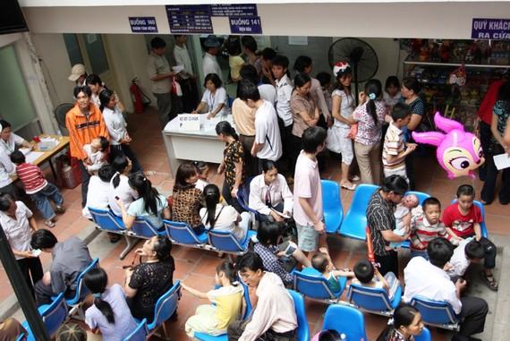 Người bệnh tới khám bệnh tới Bệnh viện Nhi Trung ương thường phải chịu cảnh chen chúc, chờ đợi