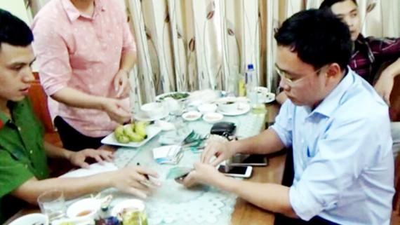 Nhà báo Lê Duy Phong bị bắt quả tang khi nhận tiền của doanh nghiệp