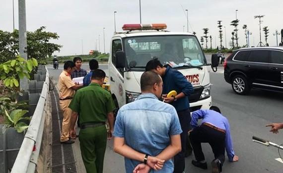 Lực lượng chức năng đang tiến hành khám nghiệm hiện trường vụ  TNGT giữa ô tô và người đi bộ làm 3 phụ nữ thương vong