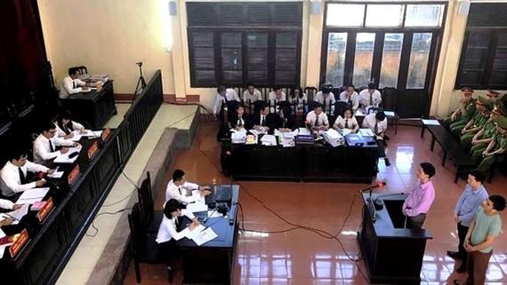 Phiên tòa xét xử vụ án tai biến chạy thận tại Bệnh viện đa khoa tỉnh Hòa Bình đang vắng mặt nhiều cá nhân có liên quan tới vụ án