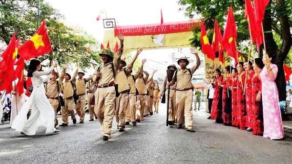 Đoàn quân giải phóng tiến về Thủ đô cách đây tròn 65 năm được tái hiện trong sự hân hoan chào đón của người dân Hà Nội. Ảnh: MINH KHANG