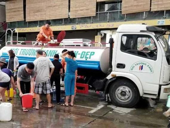 Nước sông Đà được cấp trở lại nhưng sáng nay xe téc chở nước vẫn tới một số khu dân cư ở Hà Nội để cung cấp nước sạch cho người dân
