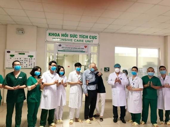 Các bác sĩ Bệnh viện Bệnh Nhiệt đới Trung ương  chúc mừng vợ chồng bệnh nhân người Anh