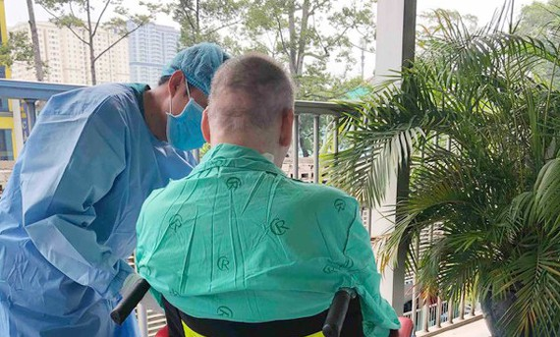 Đêm nay 11-7-2020, bệnh nhân thứ 91 (nam phi công người Anh) được ra viện, về nước sau gần 4 tháng điều trị.