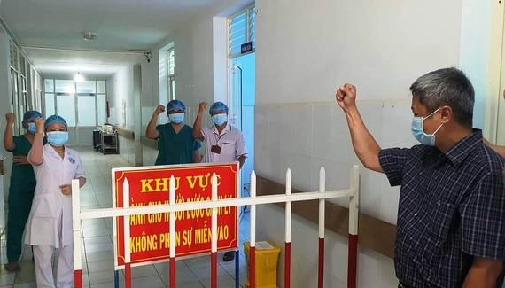 Thứ trưởng Bộ Y tế Nguyễn Trường Sơn thể hiện quyết chiến thắng Covid-19. Ảnh: Dũng Tuấn/Bộ Y tế