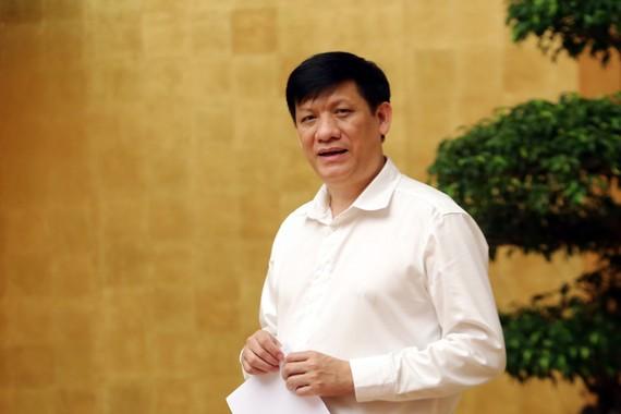 Quyền Bộ trưởng Bộ Y tế, GS.TS Nguyễn Thanh Long phân tích về chùm ca bệnh tại Hải Dương. Ảnh: Đình Nam/VGP
