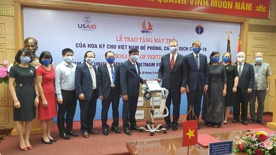 GS.TS Nguyễn Thanh Long và Ngài Đại sứ Hoa Kỳ tại Việt Nam Daniel J. Kritenbrink tại buổi lễ trao tặng 100 máy thở hiện đại của Hòa Kỳ