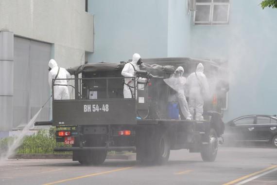 Lực lượng chức năng phun hóa chất khử trùng, tiêu độc Bệnh viện K cơ sở Tân Triều