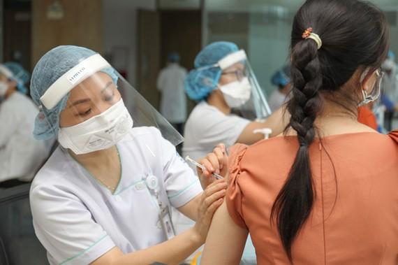 Tiêm vaccine phòng Covid-19 tại khu công nghệ cao, TPHCM. Ảnh: HOÀNG HÙNG