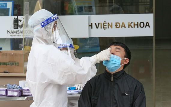 Người dân được lấy mẫu xét nghiệm tại Bệnh viện Đa khoa Quốc tế Nam Sài Gòn, ngày 28-7. Ảnh: HOÀNG HÙNG