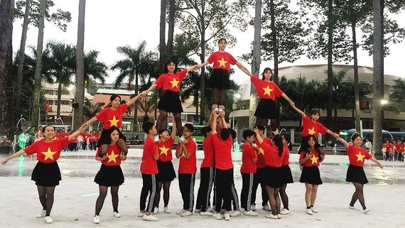 Thiếu nhi quận 5 sinh hoạt tập thể ở Công viên Văn Lang