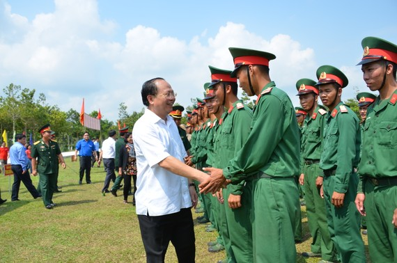 Đồng chí Tất Thành Cang thăm chiến sĩ Sư đoàn 5