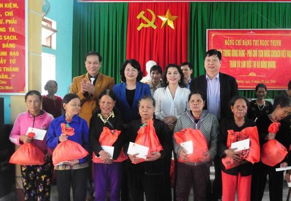 Phó Chủ tịch nước tặng quà cho đồng bào nghèo huyện A Lưới