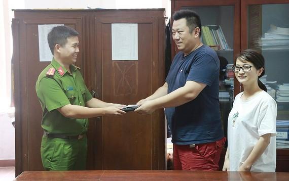 Phòng Cảnh sát hình sự Công an tỉnh Thừa Thiên - Huế trao trả tài sản du khách người Nhật Bản- ông Hidenori Ushio.