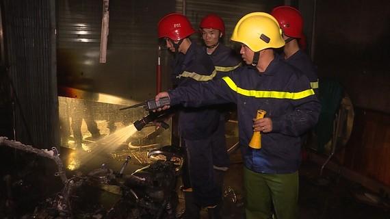 Lực lượng PCCC nỗ lực dập tắt đám cháy
