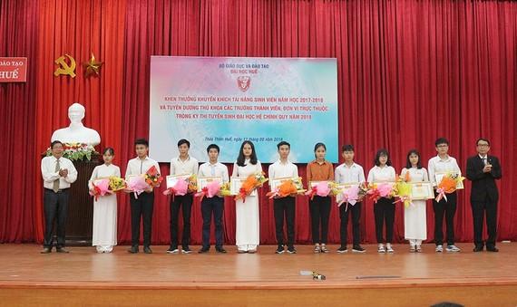 Trao  Giấy khen và phần thưởng cho 11 thủ khoa Đại học Huế.