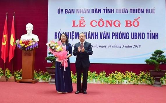 Đồng chí Phan Ngọc Thọ, Phó Bí thư Tỉnh ủy, Chủ tịch UBND tỉnh Thừa Thiên-Huế trao quyết định và tặng hoa chúc mừng bà Trần Thị Hoài Trâm.