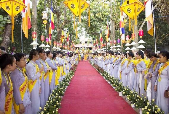 Rước Phật từ chùa Diệu Đế lên Tổ đình Từ Đàm.