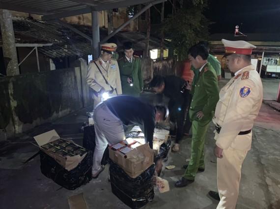 Lực lượng CSGT bắt quả tang xe khách chở 4.320 viên pháo lậu